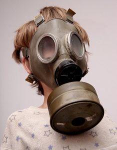 Si un masque à gaz est nécessaire dans tes toilettes, ce n'est pas bon signe. Observons ensemble la couleur de tes selles.