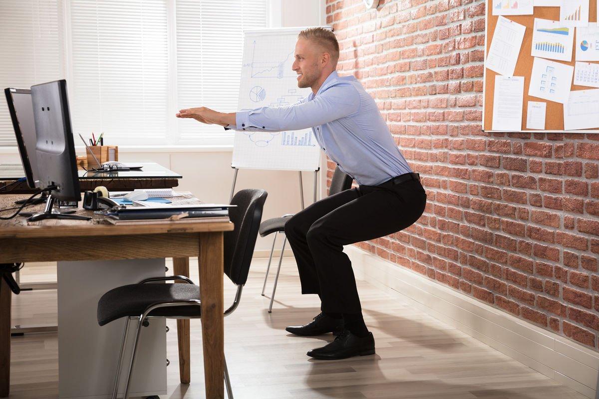 Même au boulot fais-toi des pauses et bouge pour digérer ou te réveiller.
