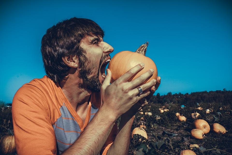 L'homme primitif mange jusqu'à satiété lorsqu'il trouve un aliment.