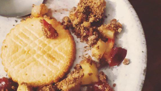 Ton goûter sain avec le crumble pommes prunes : de la gourmandise version healthy !