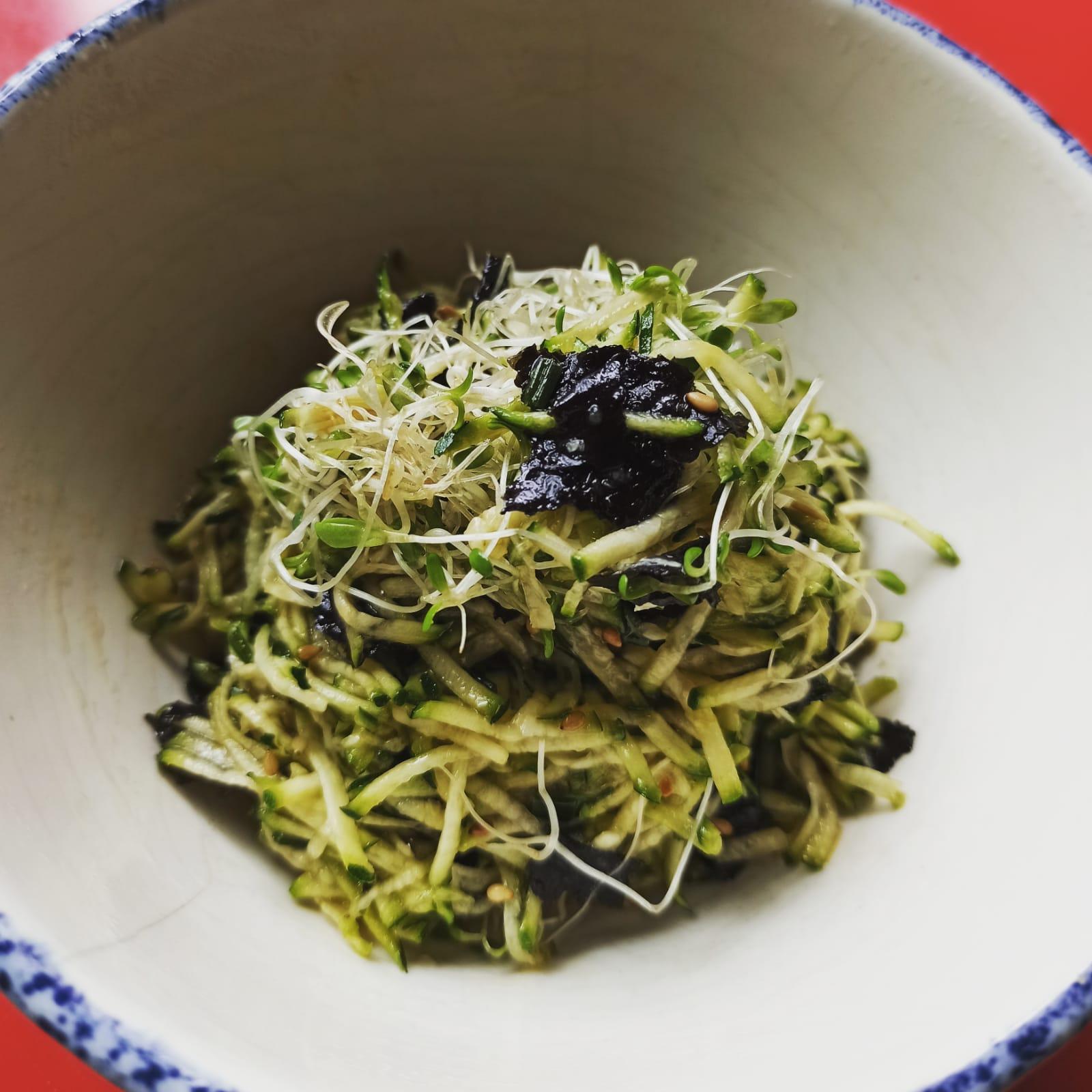 Recette d'entrée japonaise, courgette crue râpée aux feuilles de nori et tamari.
