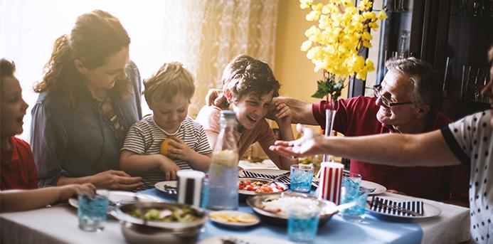 Les repas de famille, doux et joyeux souvenirs de l'enfance, ou comment retrouver la convivialité des longs dîners.