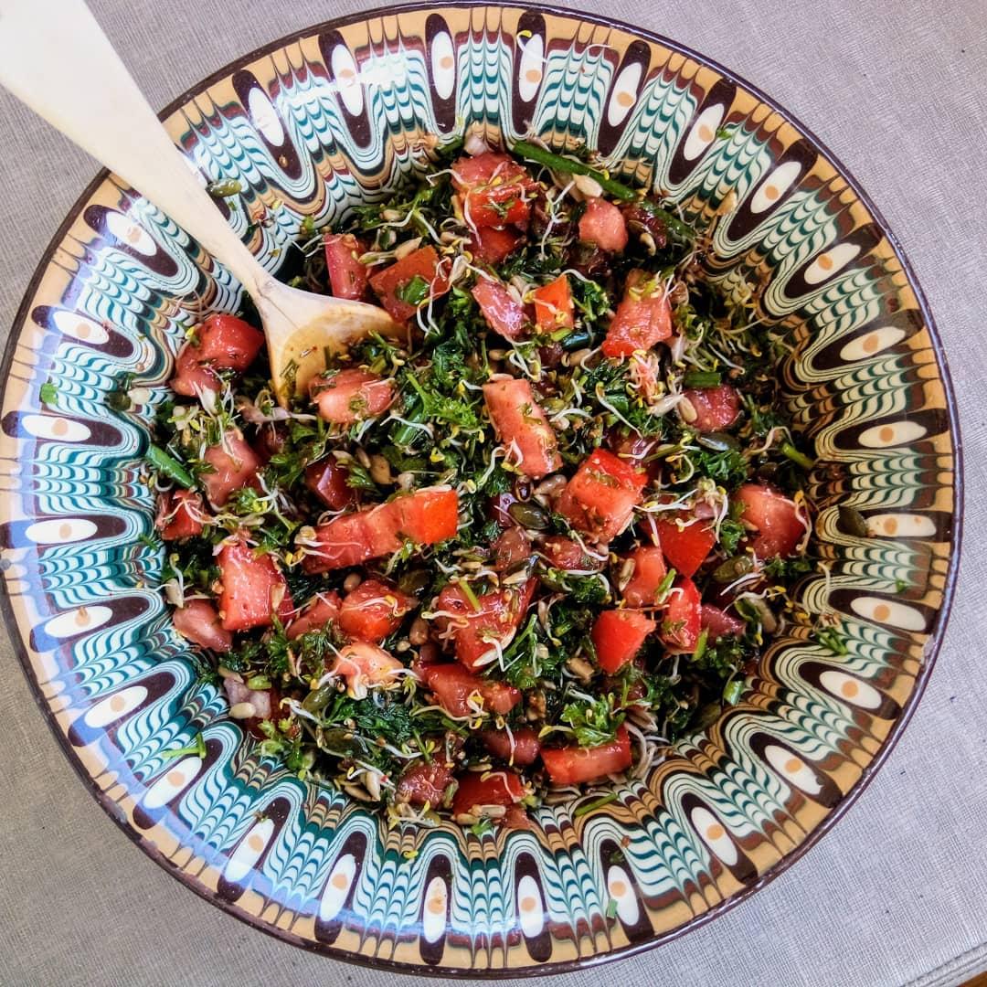 Salade tomate persil parsemée de graines germées pour un max de vitalité !